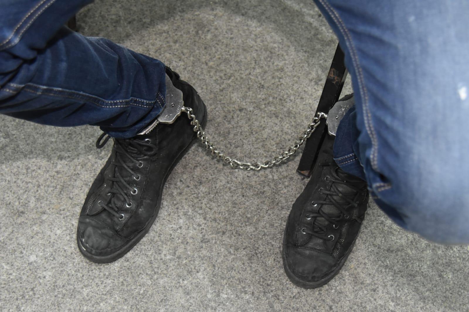אזיקים אזוק אזיק עצור מעצר